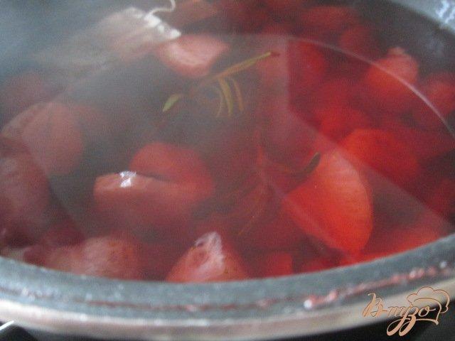 Фото приготовление рецепта: Холодный клубничный чай с розмарином шаг №4