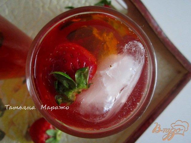 Фото приготовление рецепта: Холодный клубничный чай с розмарином шаг №6