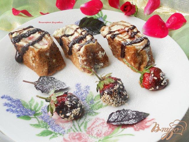 Фото приготовление рецепта: Сладкие роллы из шоколадных блинчиков с клубникой и лимонным курдом шаг №11