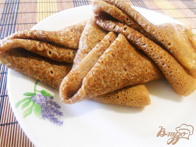 Фото приготовление рецепта: Сладкие роллы из шоколадных блинчиков с клубникой и лимонным курдом шаг №5