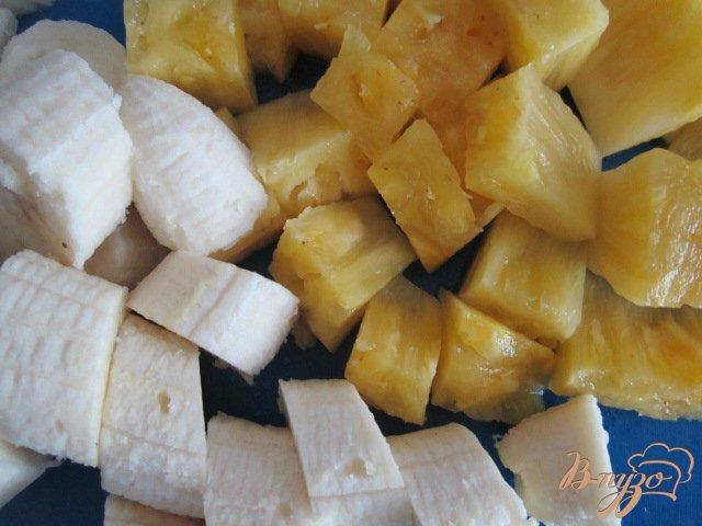 Фото приготовление рецепта: Ананасово-банановый смузи шаг №2
