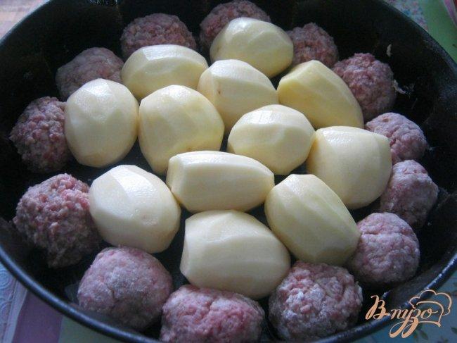 Фото приготовление рецепта: Котлетки с картошкой в сметанно-томатном соусе шаг №4