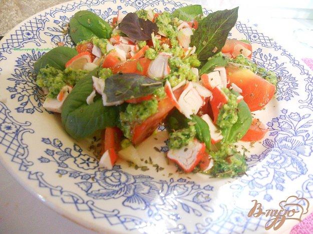 Рецепт Салат с помидором, шпинатом и песто