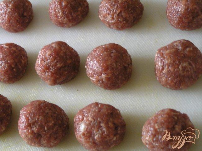 Фото приготовление рецепта: Фарфалле с фрикадельками в томатно-базиликовом соусе шаг №5