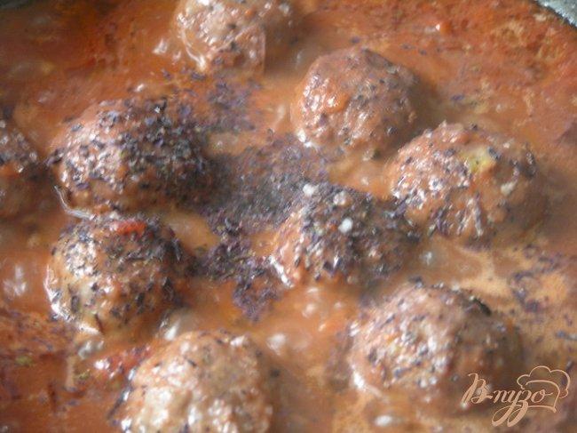 Фото приготовление рецепта: Фарфалле с фрикадельками в томатно-базиликовом соусе шаг №11