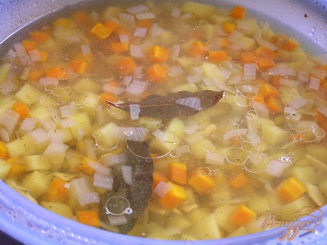 Фото приготовление рецепта: Гороховый суп с копченым кальмаром шаг №6
