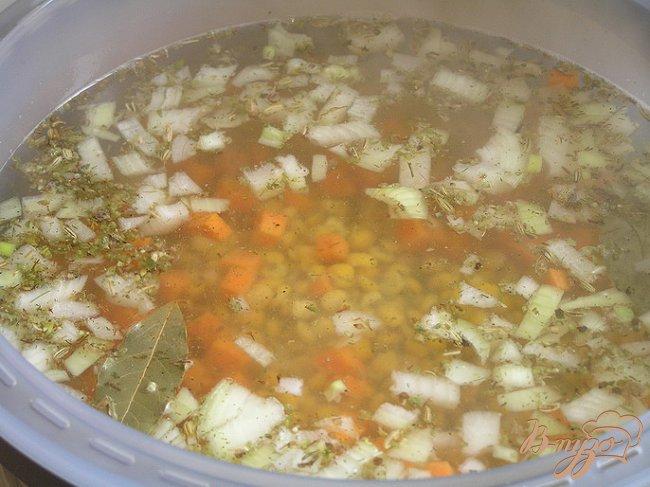 Фото приготовление рецепта: Гороховый суп с копченым кальмаром шаг №3