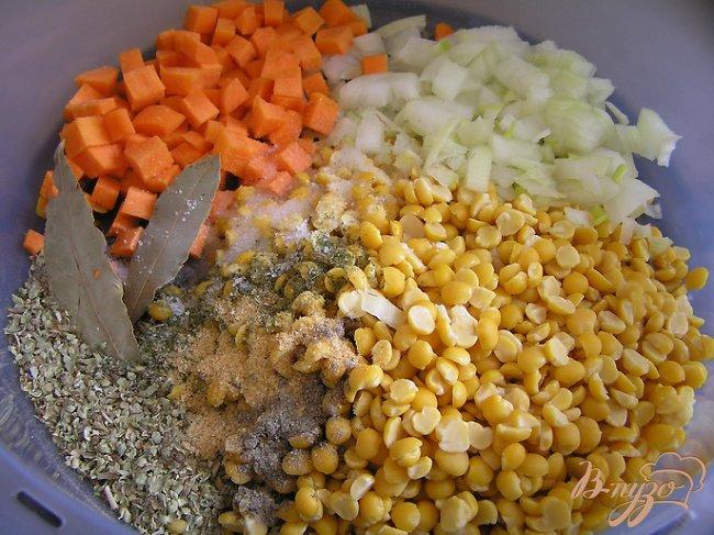 Фото приготовление рецепта: Гороховый суп с копченым кальмаром шаг №2