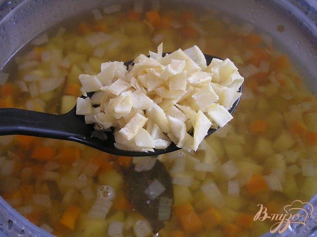 Фото приготовление рецепта: Гороховый суп с копченым кальмаром шаг №5
