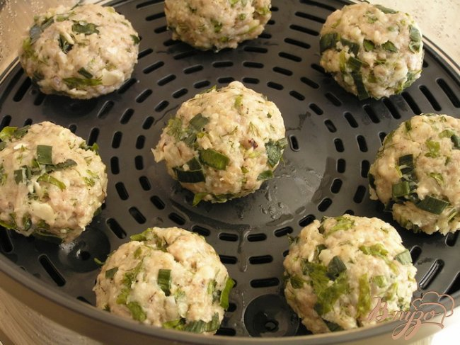 Фото приготовление рецепта: Котлетки с зеленью и бразильским орехом под томатным соусом шаг №7