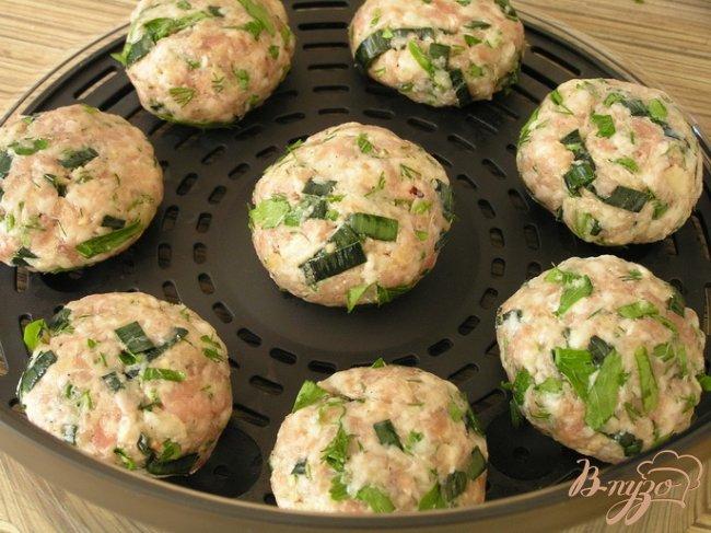 Фото приготовление рецепта: Котлетки с зеленью и бразильским орехом под томатным соусом шаг №4