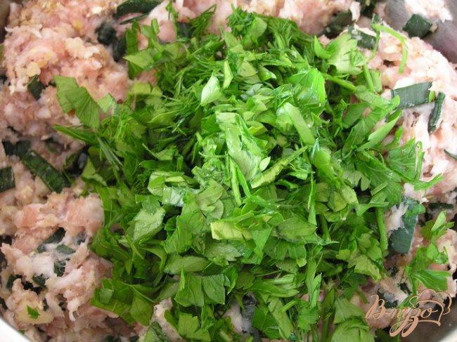 Фото приготовление рецепта: Котлетки с зеленью и бразильским орехом под томатным соусом шаг №3