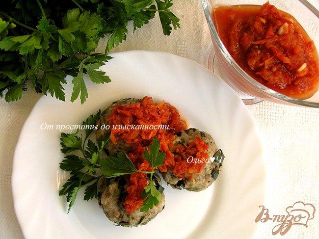 Фото приготовление рецепта: Котлетки с зеленью и бразильским орехом под томатным соусом шаг №8