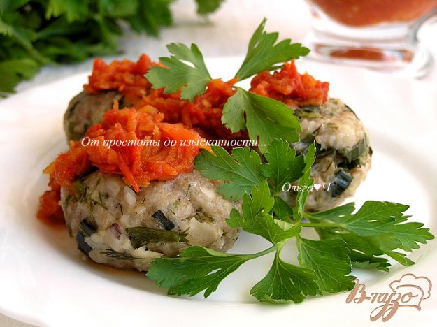 фото рецепта: Котлетки с зеленью и бразильским орехом под томатным соусом