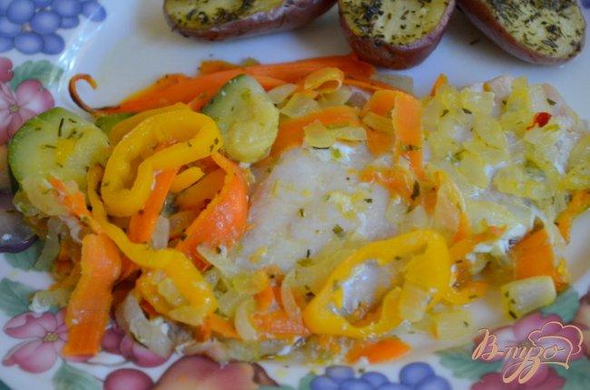 Фото приготовление рецепта: Морской окунь с овощным ассорти шаг №4
