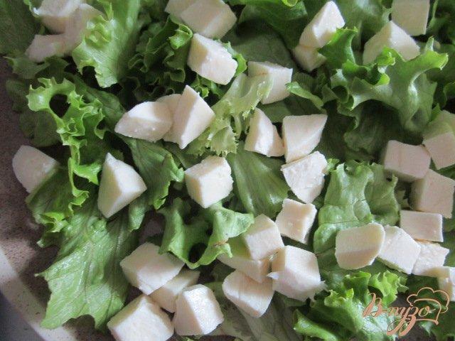 Фото приготовление рецепта: Салат с сыром, кусочками арбуза и ветчиной шаг №4