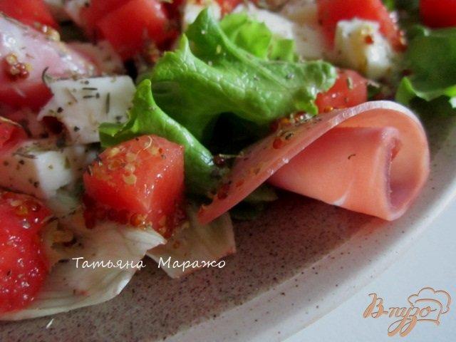 Фото приготовление рецепта: Салат с сыром, кусочками арбуза и ветчиной шаг №7