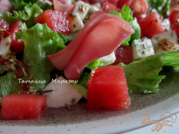 фото рецепта: Салат с сыром, кусочками арбуза и ветчиной
