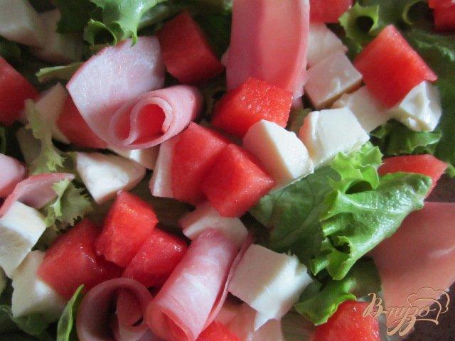 Фото приготовление рецепта: Салат с сыром, кусочками арбуза и ветчиной шаг №5