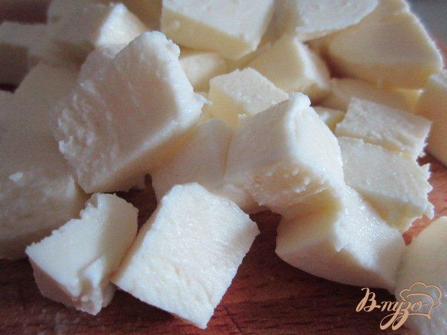 Фото приготовление рецепта: Салат с сыром, кусочками арбуза и ветчиной шаг №2