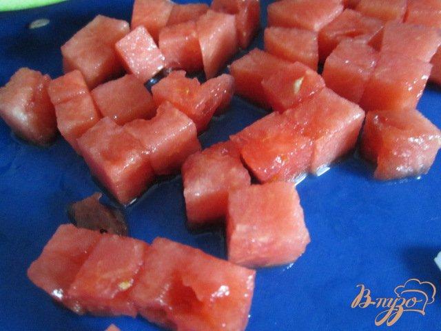 Фото приготовление рецепта: Салат с сыром, кусочками арбуза и ветчиной шаг №3