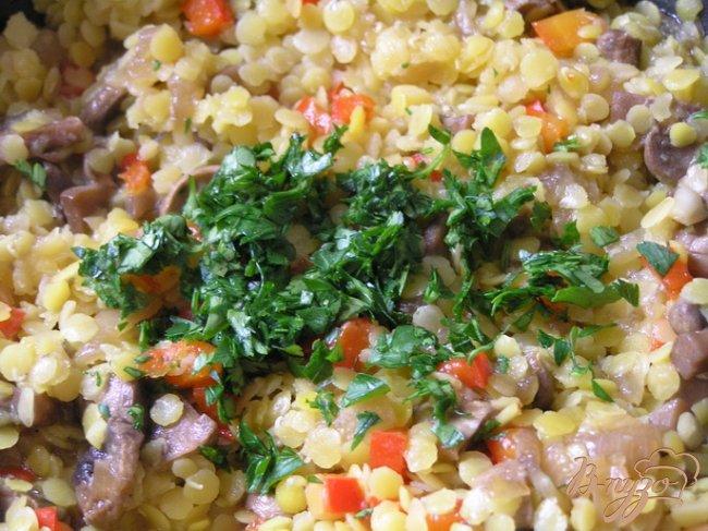 Фото приготовление рецепта: Чебуреки с желтой чечевицей и грибами шаг №9