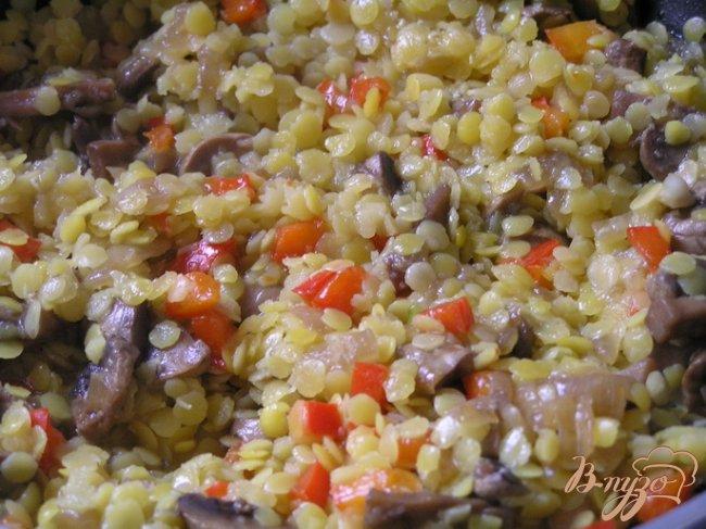 Фото приготовление рецепта: Чебуреки с желтой чечевицей и грибами шаг №8