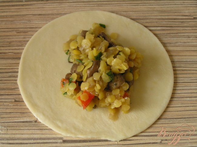 Фото приготовление рецепта: Чебуреки с желтой чечевицей и грибами шаг №11