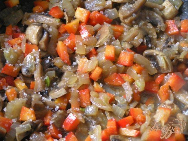 Фото приготовление рецепта: Чебуреки с желтой чечевицей и грибами шаг №7