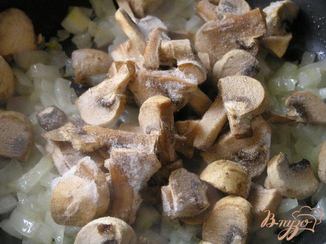 Фото приготовление рецепта: Чебуреки с желтой чечевицей и грибами шаг №6