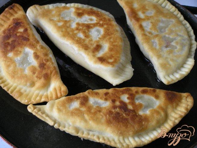 Фото приготовление рецепта: Чебуреки с желтой чечевицей и грибами шаг №13