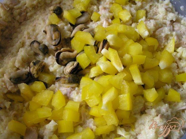 Фото приготовление рецепта: Салат с пшеном, тунцом и морепродуктами шаг №5