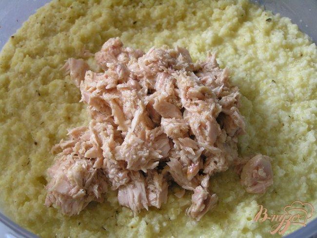 Фото приготовление рецепта: Салат с пшеном, тунцом и морепродуктами шаг №4