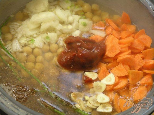 Фото приготовление рецепта: Пряный суп с нутом, овощами и тмином шаг №3