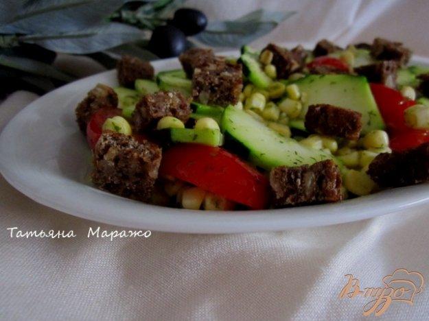 Рецепт Салат из свежего цукини, кукурузы и сухариками из черного хлеба
