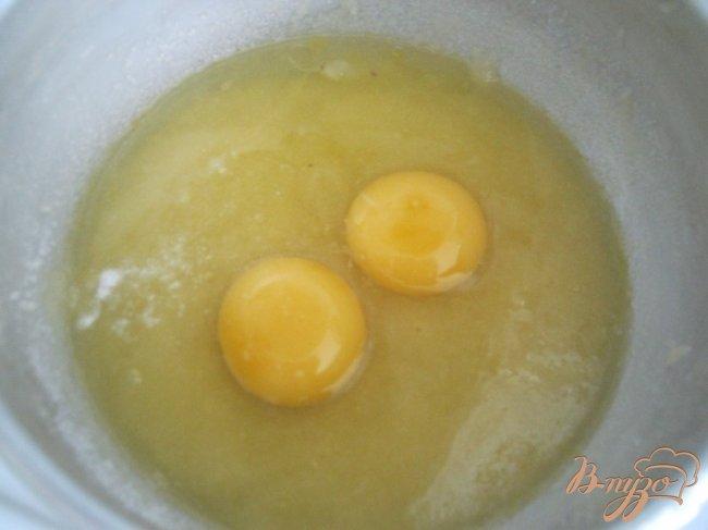 Фото приготовление рецепта: Перевернутый пирог с абрикосами шаг №4