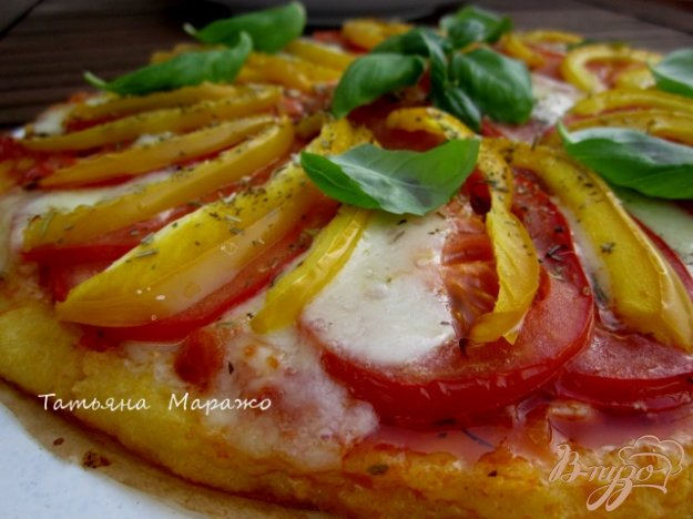 фото рецепта: Лепешка из поленты с овощами и сыром