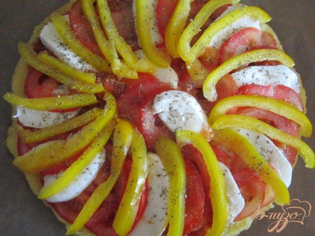 Фото приготовление рецепта: Лепешка из поленты с овощами и сыром шаг №8