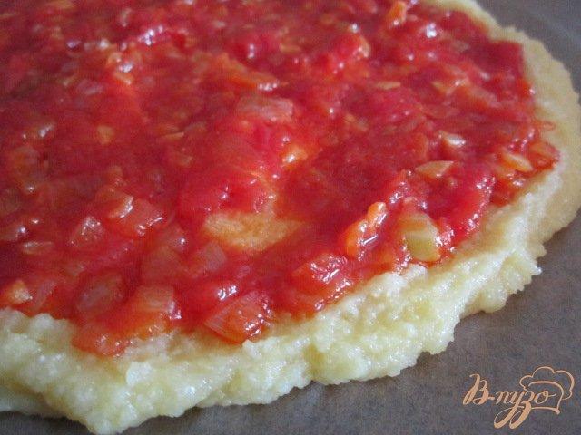 Фото приготовление рецепта: Лепешка из поленты с овощами и сыром шаг №7