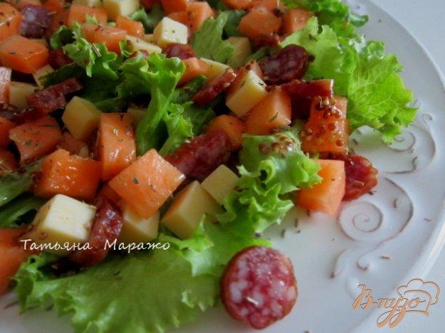Рецепт Салат с дыней,сыром и копчеными колбасками