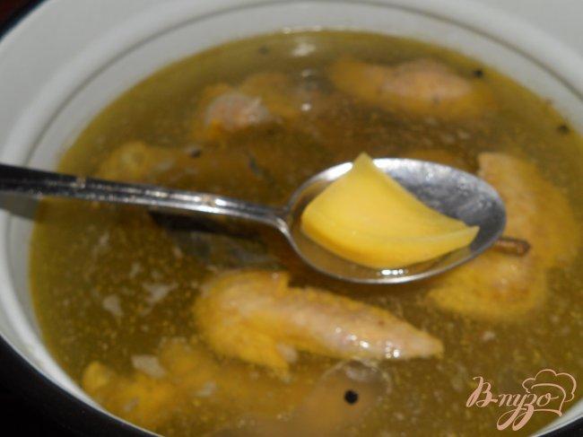 Фото приготовление рецепта: Домашний куриный бульон с лапшой шаг №3
