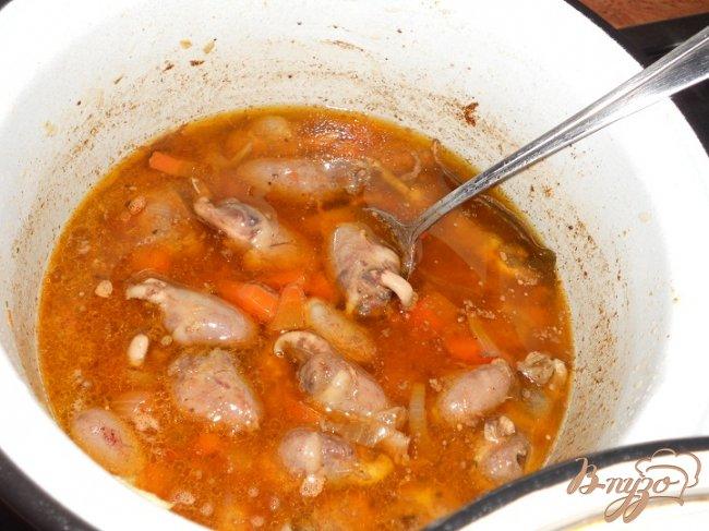 Фото приготовление рецепта: Куриные сердечки тушенные в темном пиве и сацибели шаг №3