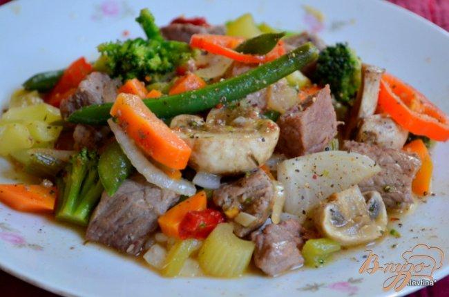 Фото приготовление рецепта: Говядина с овощами и грибами шаг №3