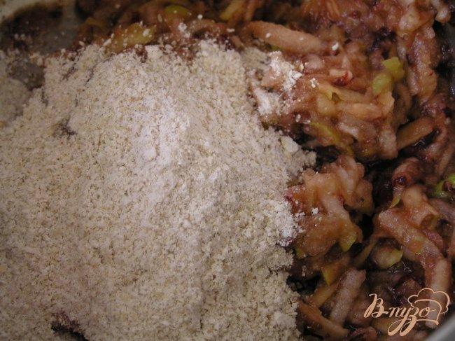 Фото приготовление рецепта: Яблочно-черешневые оладьи шаг №4