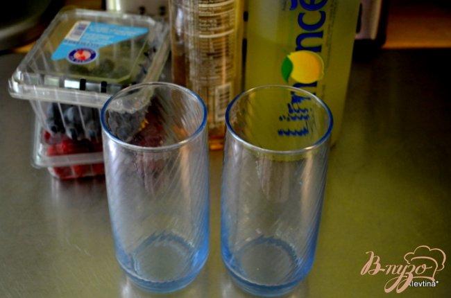 Фото приготовление рецепта: Лимончелло с ягодами шаг №1