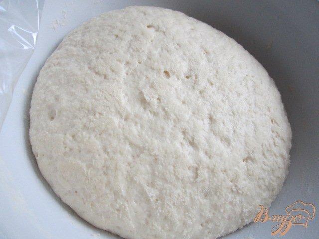 Фото приготовление рецепта: Дрожжевая лепешка с копченой ветчиной и луком шаг №3