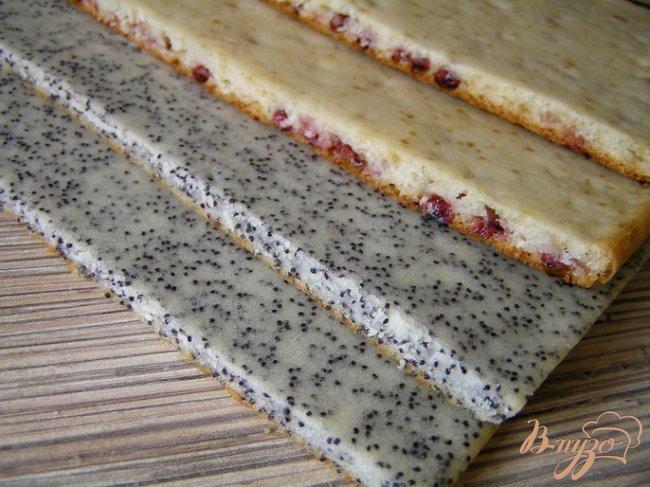 Фото приготовление рецепта: Клюквенное пирожное с ананасовым джемом шаг №11