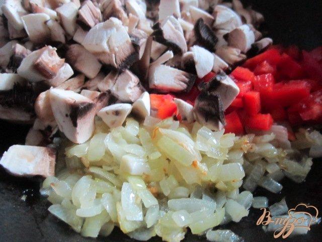 Фото приготовление рецепта: Фузилли с томатно-овощным соусом шаг №2