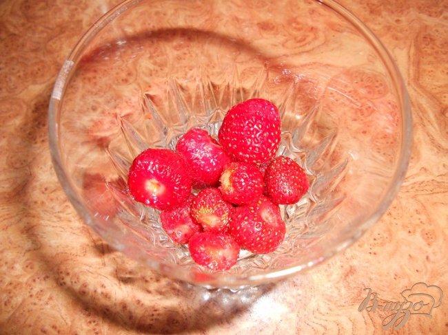 Фото приготовление рецепта: десерт с клубникой шаг №4