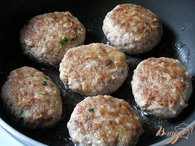 Фото приготовление рецепта: Нежные котлетки с петрушкой из смешанного фарша шаг №6